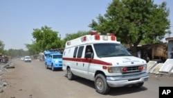 ARCHIVES - Une mabulance transporte des victimes d'une attaque attribuée au groupe Boko Haram à Maiduguri, Nigeria, le 2 juin 2015