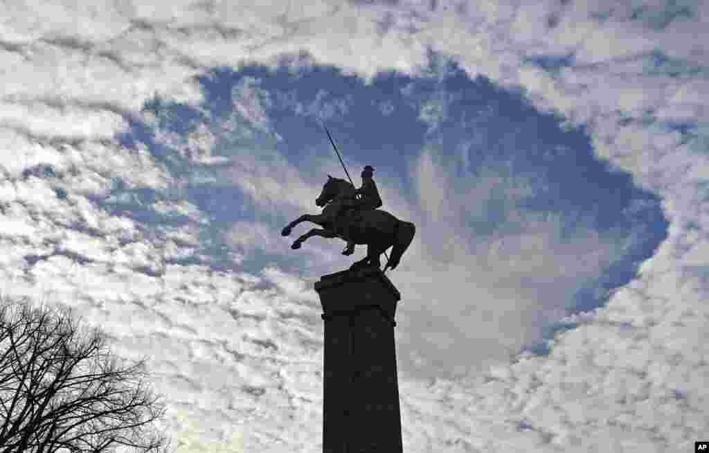 Langit cerah tampak di atas monumen perang di Duesseldorf, Jerman.