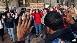 En Massachusetts protestaron en solidaridad con los eventos en Ferguson.