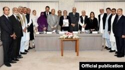 انتخابی اصلاحات کی پارلیمانی کمیٹی کے سربراہ وفاقی وزیر خزانہ اسحق ڈار کمیٹی کے دیگر ارکان کے ہمراہ