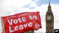 Spanduk yang menyuarakan pesan para penentang Brexit terbentang saat sebuah perahu membawanya melintasi Sungai Thames, di luar gedung parlemen di London, Inggris, 15 Juni 2016 (Foto: dok).