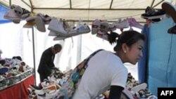 Sạp bán giày dép tại một khu chợ ở Bắc Kinh