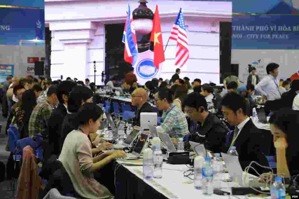 روز دوم نشست ترامپ - کیم | خبرنگاران جزئیات ملاقاتهای رهبران آمریکا و کره شمالی را در ویتنام به جهان مخابره میکنند.