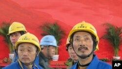 参加上海世博会建设的农民工(资料照片)
