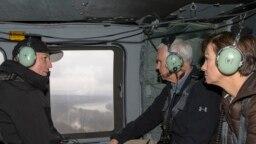 Ông Mike Pence (giữa) thị sát lụt lội từ máy bay trực thăng.