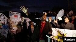 絡繹不絕的民眾﹐來到比勒陀利亞醫院外,表達他們對曼德拉康復的願望。