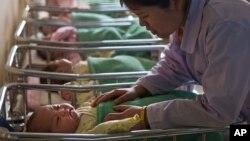 지난 2013년 2월 북한 평양의 한 산부인과 병원에서 간호사가 신생아들을 돌보고 있다. (자료사진)