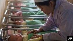 지난해 2월 북한 평양의 한 산부인과 병원에서 간호사가 신생아들을 돌보고 있다. (자료사진)