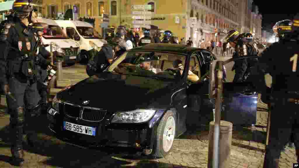 La police française arrête deux hommes dans une voiture après le match entre l'Angleterre et la Russie à Marseille, le 11 juin, 2016.