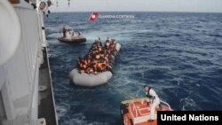 Foto yang diambil dari video yang dirilis oleh penjaga pantai Italia, menunjukkan migran yang terdampar naik ke kapal patroli Guardia Costiera 'Diciotti CP941', 8 November 2016.(Foto: dok).