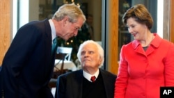 Former president George W. Bush and his wife Laura Bush greet evangelical pastor Billy Graham during a luncheon ahead of a book signing at Billy Graham Bookstore in Charlotte, North Carolina, on Monday, December 20, 2010. (Foto AP/Nell Redmond)