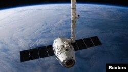 """Una cápsula Dragon de SpaceX llevará a dos """"turistas"""" espaciales a la órbita de la Luna."""
