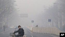 안개에 덮인 베이징 거리 (자료사진)