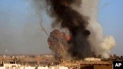 Theo các giới chức chính phủ và các nhân chứng, các cuộc không kích đánh trúng trụ sở của Bộ Nội vụ và vệ binh danh dự.