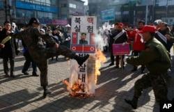 Người dân Hàn Quốc biểu tình phản đối vụ thử nghiệm hạt nhân của Bắc Triều Tiên, ngày 11/1/2016.