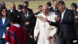 El presidente ecuatoriano, Rafael Correa, conversa animadamente con el papa Francisco a su llegada al aeropuerto de Quito.