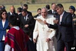 厄瓜多尔总统科雷亚在首都基多迎接抵达南美访问的教宗方济各