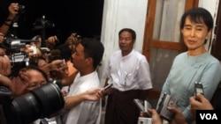 Aung San Suu Kyi berbicara kepada media setelah pertemuan dengan delegasi khusus Uni Eropa di Rangoon (22/6).