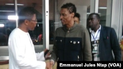 Le représentant de l'Etat et Rigobert Song au salon VIP de l'aéroport de Yaoundé Nsimalen, 1er avril 2017. (VOA/Emmanuel Jules Ntap)