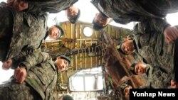 한국 천안함 피격 3년을 8일 앞둔 18일 오후 안보교육을 위해 경기도 평택 해군2함대사령부를 찾은 육군 51사단 장병들이 천안함 아래에서 묵념하며 피격으로 목숨을 잃은 46명의 장병을 애도하고 있다.