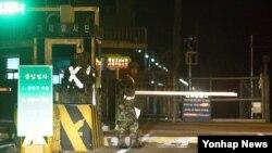 지난 6일 북한 초병 1명이 상관을 살해한 뒤 경의선 남북관리구역을 통해 한국으로 망명한 가운데, 한국 측 경기도 파주 통일대교 검문소를 지키는 한국 군인들.