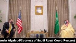 Američki državni sekretar Majk Pompeo tokom susreta sa prestolonaslednikom Mohamedom bin Salmanom u Rijadu, 22. novembra 2020 (Foto: Reuters/Bandar Algaloud/Courtesy of Saudi Royal Court)
