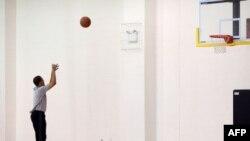 Барак Обама играет в баскетбол
