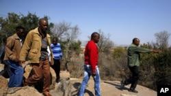 Rodjaci i kolege jednog od ubijenih rudara na mestu incidenta