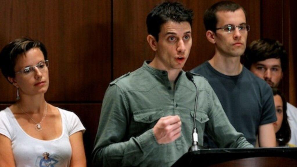 عکس آرشیوی از جاش فتال (وسط) به همراه شین بائر (راست) و سارا شورد در کنفرانس خبری، نیویورک - ۲۵ سپتامبر ۲۰۱۱