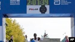 肯尼亞選手基普喬格(Eliud Kipshoge)16號在柏林奪得馬拉松男子組冠軍,圖為其抵達終點一刻。
