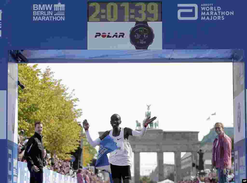 កីឡាករ Eliud Kipchoge បានឈ្នះការរត់ប្រណាំង Berlin Marathon លើកទី៤៥ នៅក្នុងក្រុងបែរឡាំង ប្រទេសអាល្លឺម៉ង់។ លោក Kipchoge បានបំបែកកំណត់ត្រាពិភពលោកសម្រាប់ការរត់ក្នុងរយៈពេល២ម៉ោង ១នាទី និង៣៩វិនាទី។