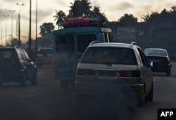 Sebuah mobil mengeluarkan asap hitam di Abidjan, 16 September 2016.