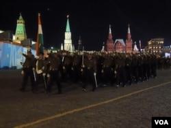 5月4日紅場閱兵彩排中的印度軍隊(美國之音白樺拍攝)
