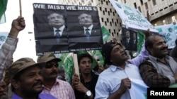 Pendukung mantan Presiden Pervez Musharraf, yang juga memimpin partai All Pakistan Muslim League (APML) berunjuk rasa di Karachi menuntut persidangan yang adil baginya (16/2).