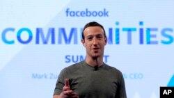 CEO Facebook, Mark Zuckerberg, berbicara dalam persiapan Pertemuan Puncak Komunitas Facebook di Chicago, sebelum pengumuman inisiatif Facebook yang baru yang dirancang untuk mendorong orang membentuk komunitas yang lebih bermakna dengan fitur grup Facebook (foto: AP Photo/Nam Y. Huh)