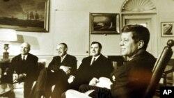肯尼迪总统(右)1962年在华盛顿会见苏联驻美大使葛罗米柯(右二)和其他苏联官员