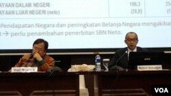 Menteri Keuangan Chatib Basri (kanan) dan Wamenkeu Bambang Brodjonegoro (kiri) menyampaikan penjelasan pemerintah tentang APBN-P 2014 di Jakarta, Kamis malam, 19 Juni 2014 (Foto: VOA/Iris Gera).