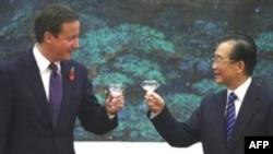Thủ tướng Anh David Cameron và Thủ tướng Trung Quốc Ôn Gia Bảo nâng ly chúc mừng tại một buổi lễ ký kết thỏa thuận thương mại