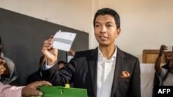 Le candidat à la présidentielle malgache, Andry Rajoelina, a voté à Antananarivo le 7 novembre 2018.