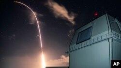 美国导弹防御局提供的照片显示美国陆基宙斯盾系统从夏威夷岛导弹设施发射导弹,这枚导弹后来拦截了一枚中程弹道导弹。(2018年12月10日)