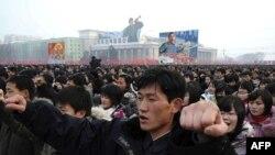 Hàng ngàn người Bắc Triều Tiên tụ tập tại Quảng Trường Kim Il Sung để bày tỏ sự ủng hộ đối với các chính sách của chính phủ và nhà lãnh đạo mới, ông Kim Jong Un, ngày 3/1/2012