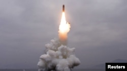 북한은 지난 2일 오전 동해 원산만 수역에서 신형 잠수한탄도미사일(SLBM) '북극성-3형' 시험발사에 성공했다면서 사진을 공개했다.