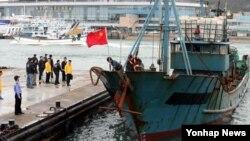지난 16일 한국 서해에서 불법 조업을 하다 한국 해경에 나포된 중국 어선. 선원 1명이 해경이 쏜 고무탄에 맞아 사망했다.