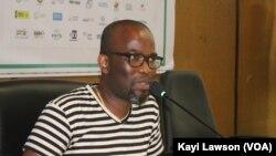 L'auteur Ayi Hillah, lors des échanges avec les élèves, Lomé, le 6 novembre 2019. (VOA/Kayi Lawson)