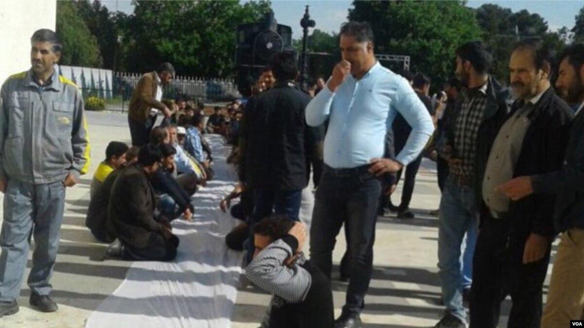 عیدی شرکت تراورس راه آهن تجمع کارگران شرکت تراورس دامغان برای عدم دریافت حقوق خود
