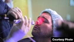 Lekar obavlja balonsku sinoplastiju