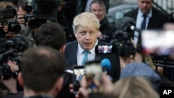 伦敦市长鲍里斯·约翰逊在其寓所外面发表谈话(2016年2月21日)