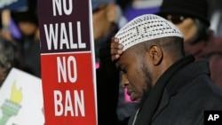一名示威者在西雅圖參加反對政府限制移民的集會 (2017年12月6日)