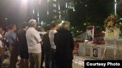 洛杉矶市政府前举行的刘晓波追悼会(刘雅雅提供)