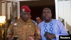 Le lieutenant-colonel Yacouba Isaac Zida (G) se réunit avec le chef de l'opposition Zéphirin Diabré à Ouagadougou, capitale du Burkina Faso, le 2 nov 2014.